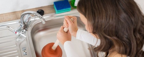 Какими способами можно устранить засор в раковине