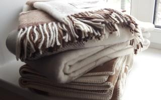 Как правильно стирают плед в стиральной машине и руками
