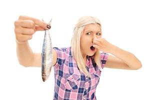 Как убрать рыбный запах с рук, посуды и помещения