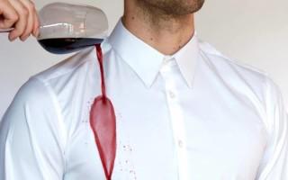 Чем отстирать пятно от красного вина на белой и цветной одежде
