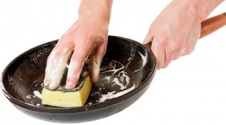 Как отмыть сковороду с антипригарным покрытием от нагара внутри мылом