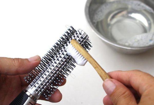 Расческу моют зубной щеткой