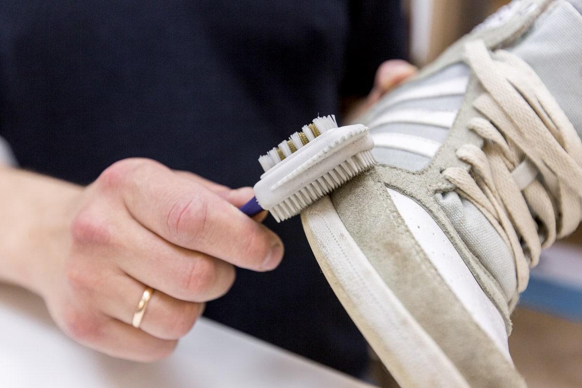 Как почистить замшевые кроссовки щеткой