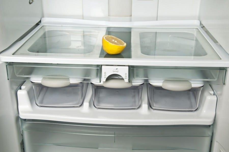 Моем холодильник лимоном