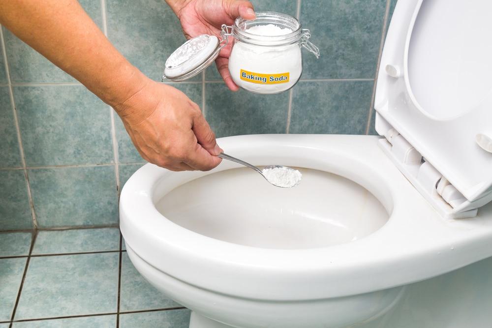 Как очистить унитаз от налета содой