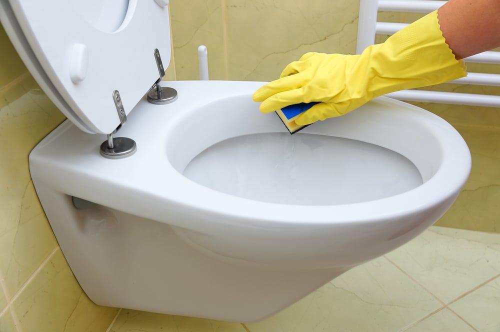 Как очистить унитаз от известкового налета и мочевого камня