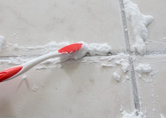 Чистка швов между плиткой
