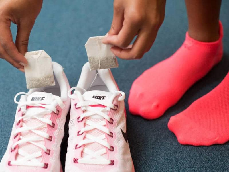Как избавиться от запаха в кроссовках пакетиками чая