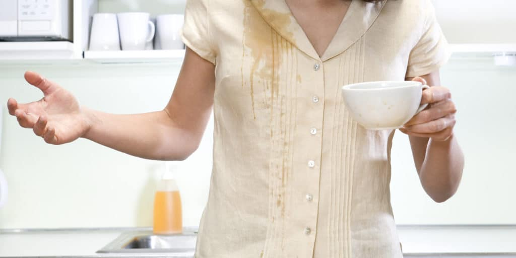 Свежепролитый чай на одежду