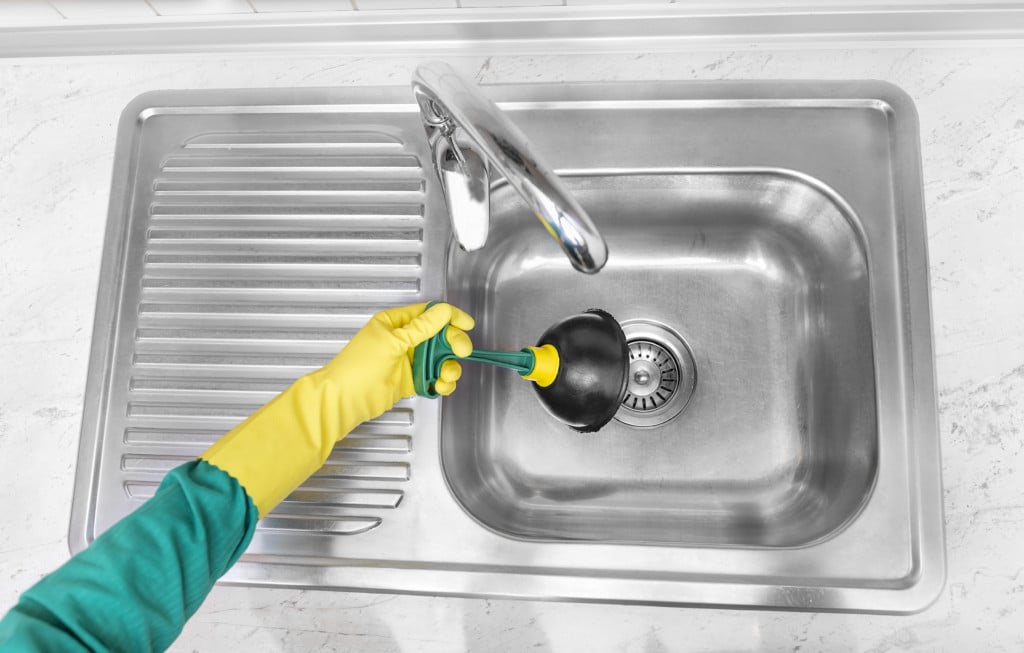 Запах из раковины на кухне, как устранить вантузом