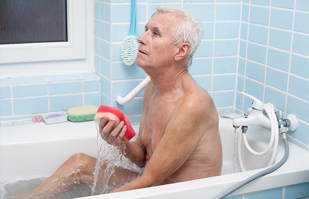 Устранение старческого запаха купанием