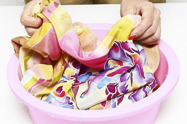 Ручная стирка одежды из шелка