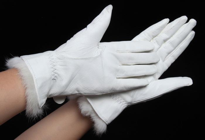 Светлые кожаные перчатки