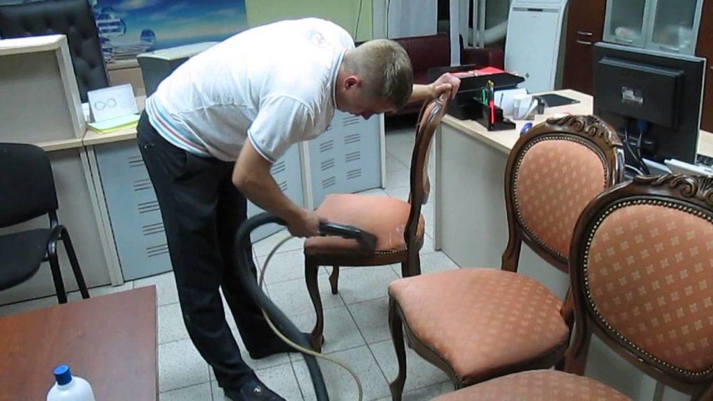 Очищение стула пылесосом