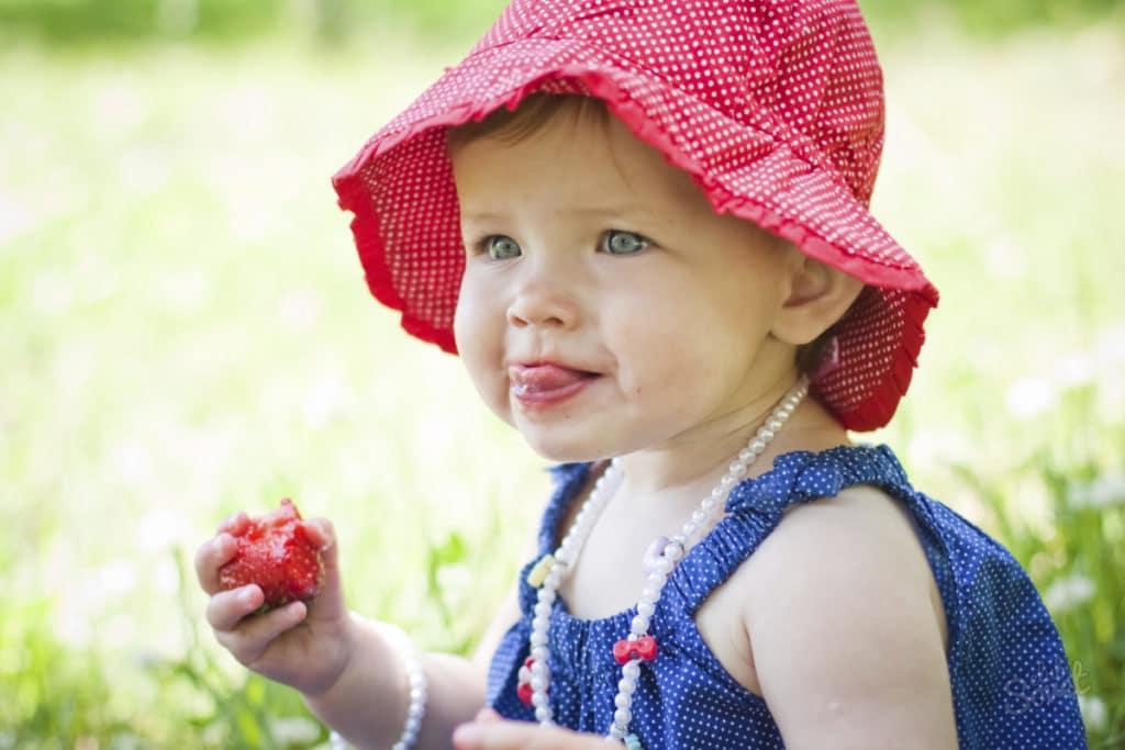 Ребенок с клубникой