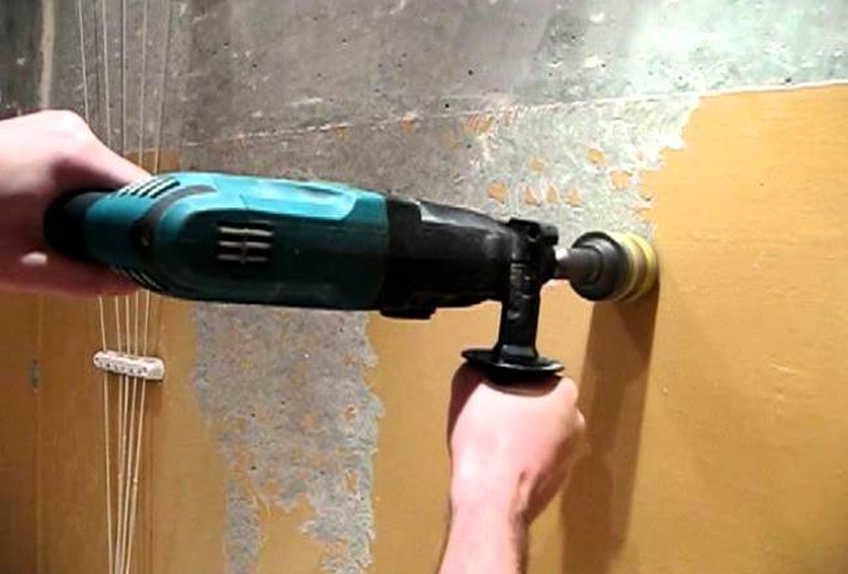 Очистка стены с помощью дрели