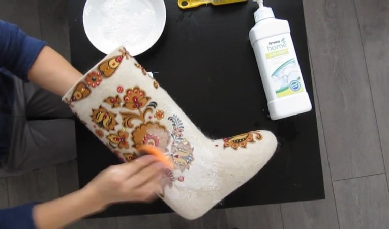 Как очистить валенки руками